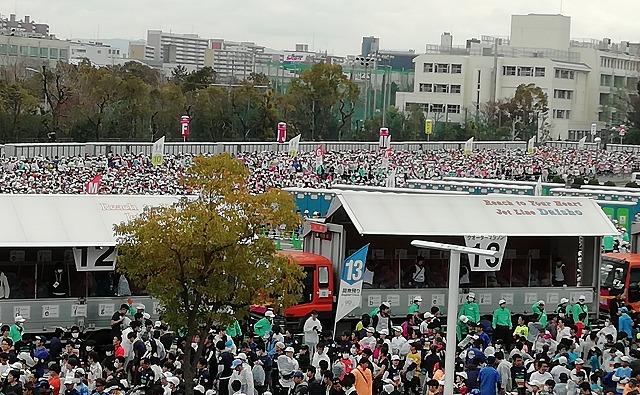 名古屋シティマラソンの荷物を預ける列