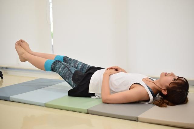足上げ腹筋のやり方を説明する画像